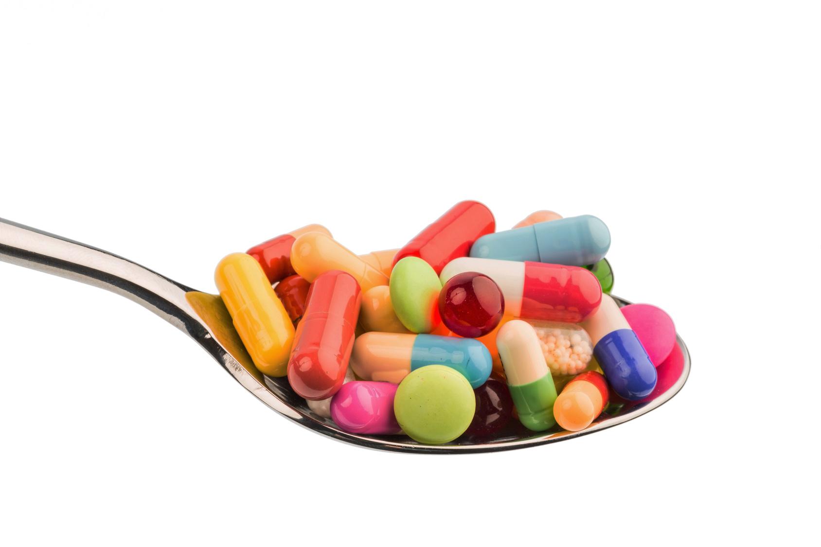 Rheuma: Tabletten / Pillen auf Löffel