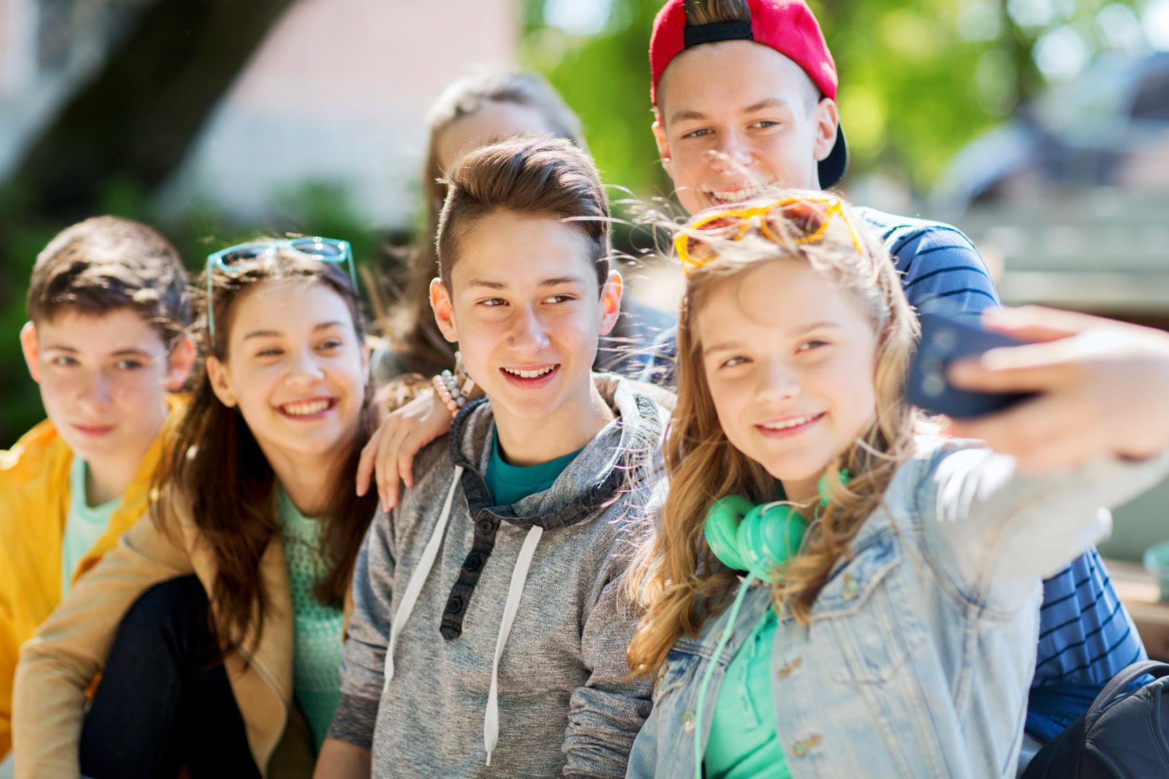 Rheuma: Jugendliche, Teens, Teenager, Schulkinder lächeln