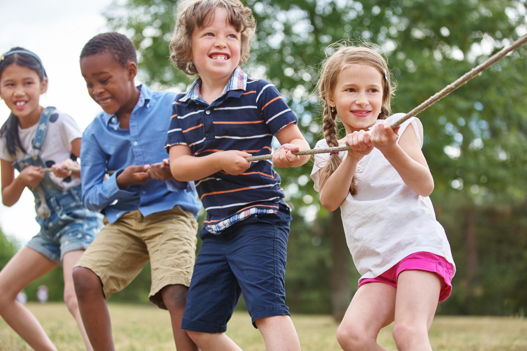 Rheuma: Gruppe Kinder hat Spaß beim Tauziehen